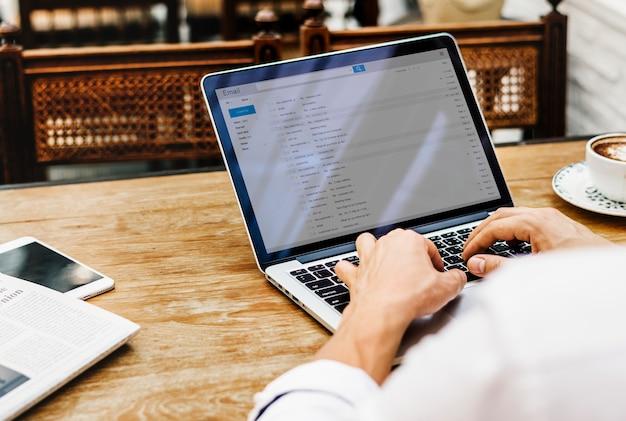 Arbeiten am laptop, der an das internet anschließt