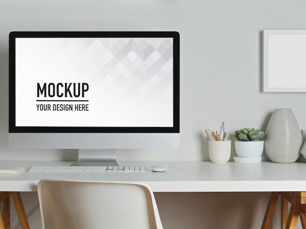 Arbeitsbereich mit desktop-modell, büchern und schreibwaren
