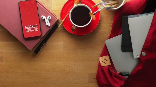 Arbeitsbereich mit smartphone-modell und kaffee