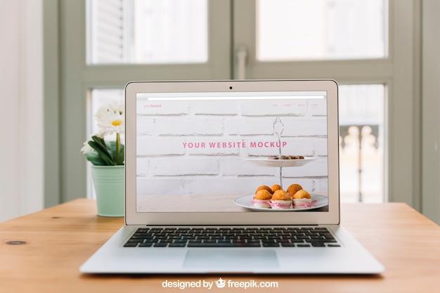 Arbeitsplatzzusammensetzung mit laptop auf tabelle