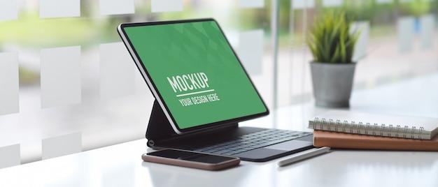 Arbeitstisch büro mit laptop-modell