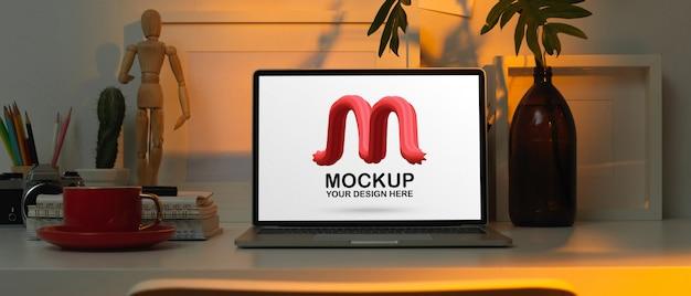 Arbeitstisch mit modell laptop, schreibwaren, zubehör und dekorationen