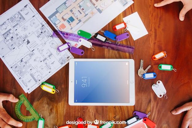 Architekt schreibtisch mit tablet-modell