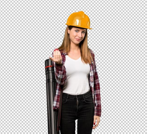 Architektenfrau, die einlädt, mit der hand zu kommen. glücklich, dass du gekommen bist