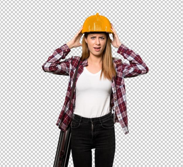 Architektenfrau frustriert und nimmt hände am kopf