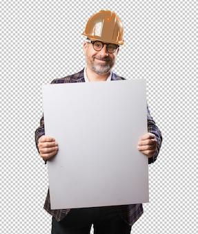 Architektenmann, der eine fahne hält