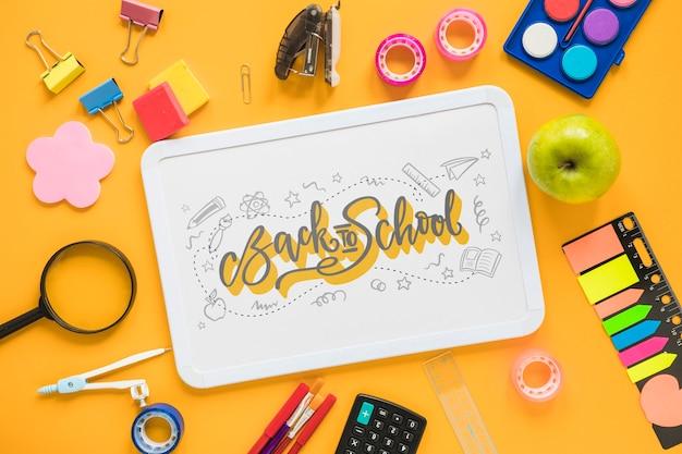 Arrangement mit schulmaterial und whiteboard