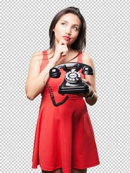 Asiatin, die ein telefon hält