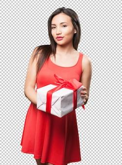 Asiatische frau, die ein geschenk anhält