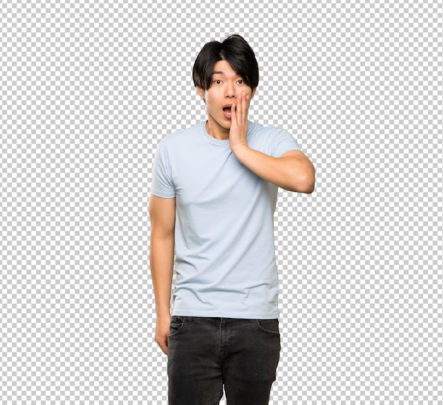 Asiatischer mann mit blauem hemd mit überraschung und entsetztem gesichtsausdruck