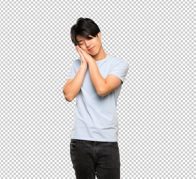 Asiatischer mann mit dem blauen hemd, das schlaf macht, gestikulieren im entzückenden ausdruck