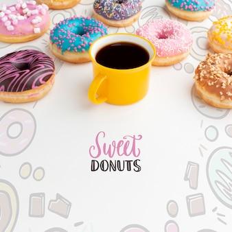 Auswahl an donuts und schwarzem kaffee mit mock-up