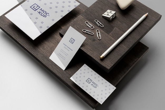 Auswahl an modellbriefpapier auf holz