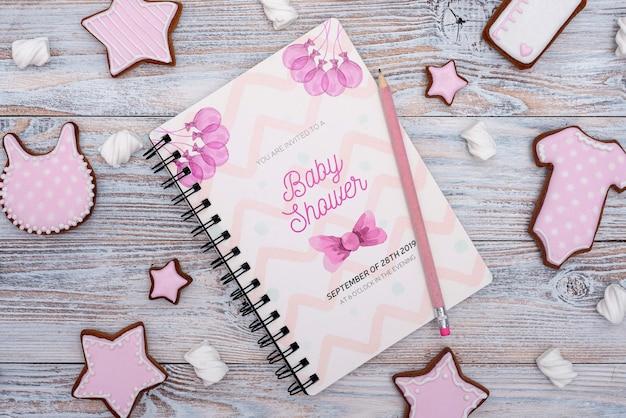 Babypartydekorationen mit rosa notizbuch