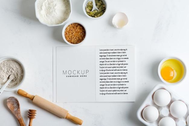 Backzutaten zum kochen von hausgemachtem traditionellem brot mit papier für rezept mockup