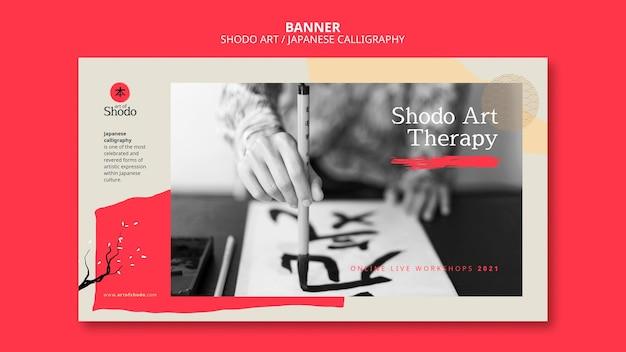 Bannerschablone mit frau, die japanische shodo-kunst übt