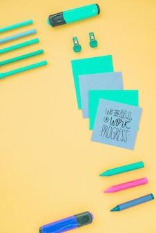 Bastel- und kunstwerkzeuge auf dem schreibtisch für die arbeit
