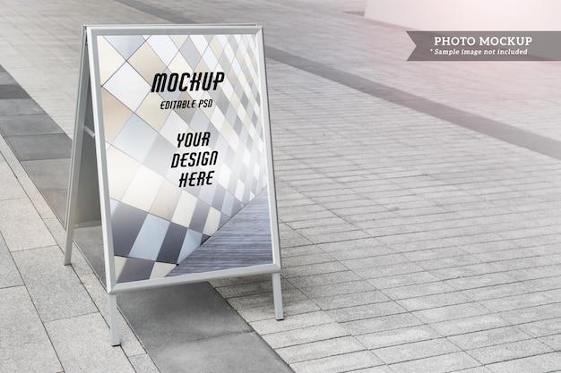 Bearbeitbares psd-modell mit leerem, leerem city-standee-reklameständer auf dem hintergrund des bürgersteigs