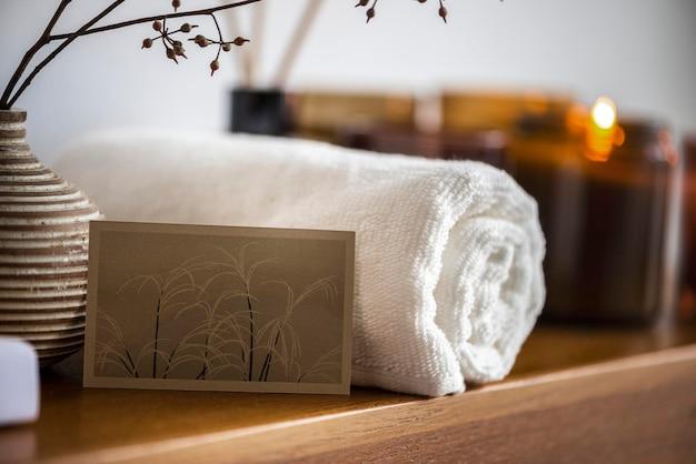 Beauty- und spa-visitenkarten-mockup-psd mit duftkerzen