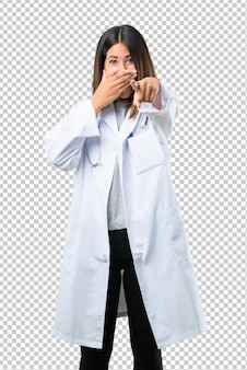 Behandeln sie frau mit stethoskop mit dem finger auf jemand zeigend und viel lachend
