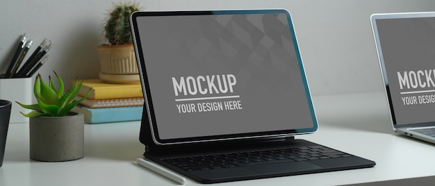 Beschnittene aufnahme des arbeitsbereichs mit tablet-laptop-modell
