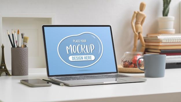 Beschnittene aufnahme des arbeitstisches mit mock-up-laptop