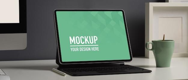Beschnittene aufnahme von home-office-schreibtisch mit digitalem tablet-modell