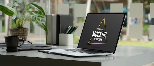 Beschnittener schuss des arbeitsbereichs mit modell-laptop