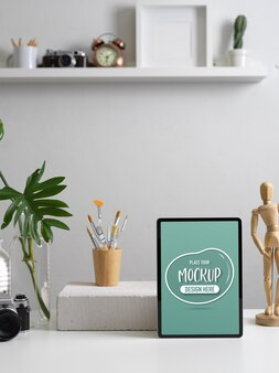 Beschnittener schuss des modernen hauptbüros mit dem nachgebildeten digitalen tablett