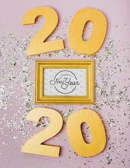 Beschriftung des neuen jahres 2020 auf goldenem rahmen
