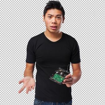 Besorgter chinesischer mann mit einer festplatte