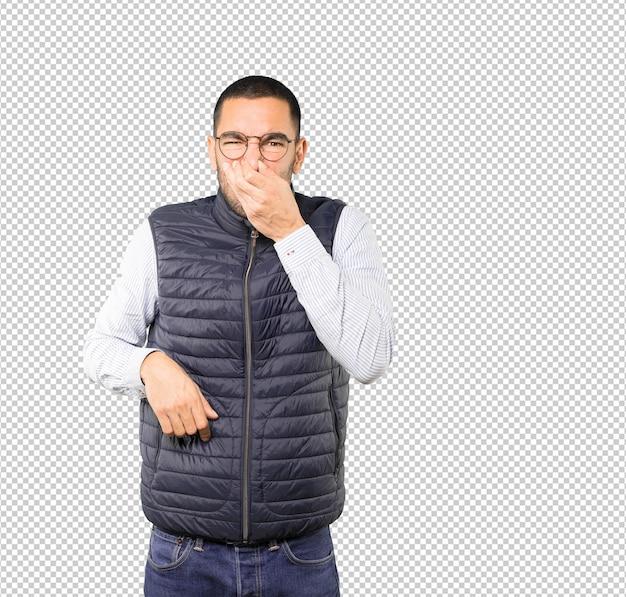 Besorgter junger mann mit einer geste des ekels