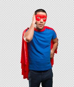 Besorgter superheld, der seine ohren bedeckt