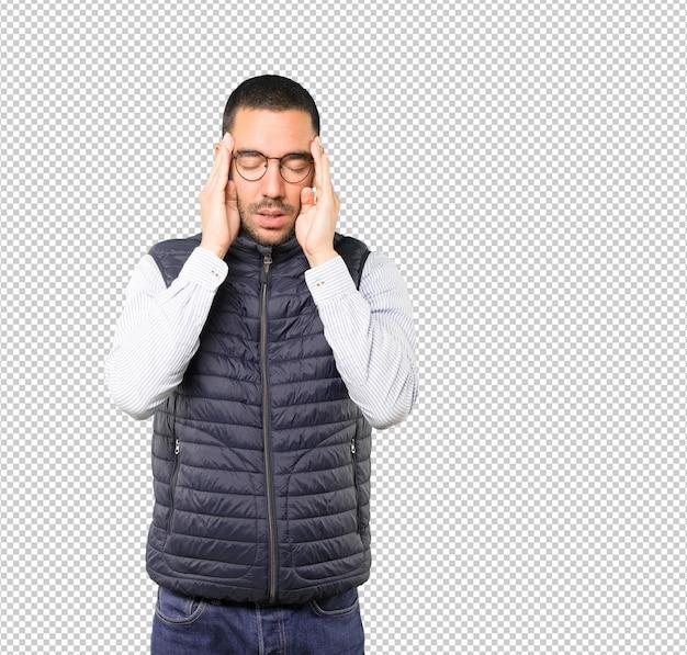 Betroffener junger mann mit einer stressgeste