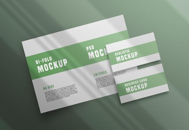 Bifold-broschüre mit einem visitenkarten-psd-modell