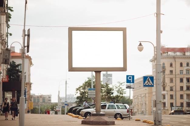 Bild einer großen außentür zur anzeige von werbung neben der allee