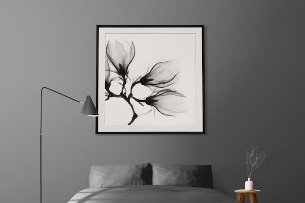 Bilderrahmenmodell, das in minimalem schlafzimmer-wohnkultur-interieur hängt hanging