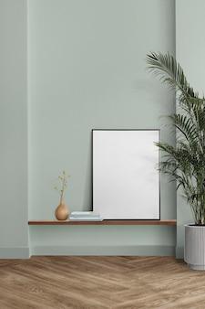 Bilderrahmenmodell psd hängt in einem minimalen wohnzimmer