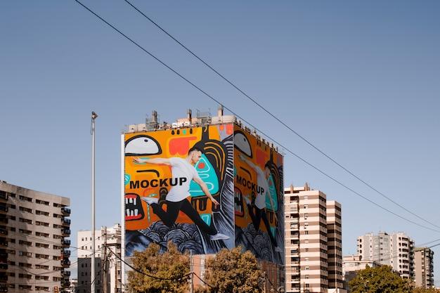 Billboard-mock-up um das gebäude gewickelt
