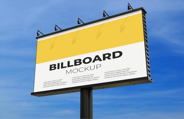 Billboard-modell auf blauem himmelshintergrund