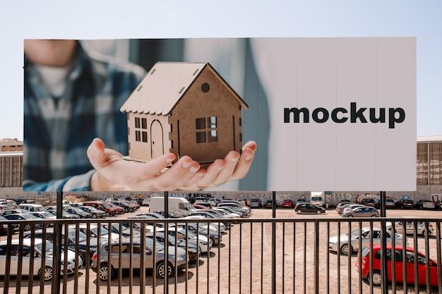 Billboard-modell vor parkplatz