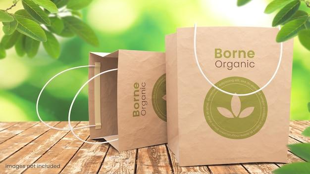 Bio-papiertüte modell auf natürlichem tisch im freien mit pflanzen
