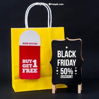 Black friday mockup mit tasche neben board Kostenlosen PSD
