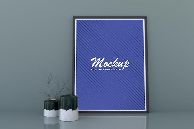 Blank photo frame mockup mit dekorativen pflanzenvasen auf dem boden