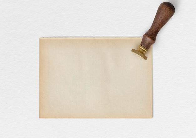 Blankes kraftpapier mit wachssiegelstempel