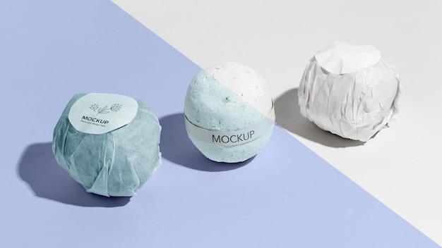Blaue badebomben mit etikettenanordnung