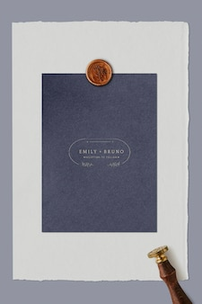 Blaue hochzeitseinladungskarte mit wachssiegelstempelschablone