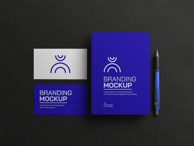 Blaues tagebuch mit visitenkartenmodell