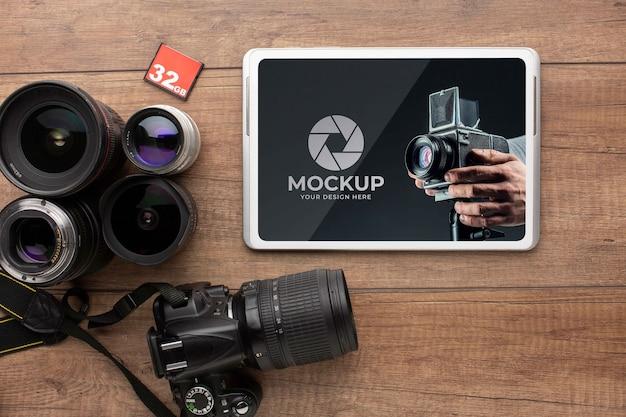 Blick von oben auf den holzarbeitsplatz des fotografen mit tablet