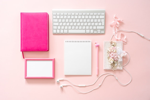 Blogger mädchen desktop. attrappe, lehrmodell, simulation. rosa rahmen